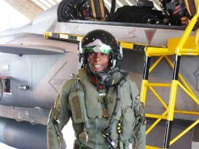 Pilot Gripen dari Afrika Selatan dengan Helmet Mounted Display.
