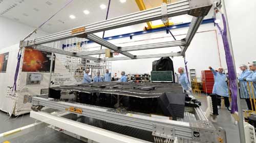 Proses pembuatan satelit oleh Airbus Defence and Space.