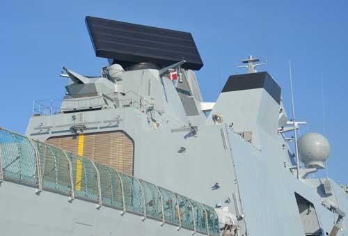 Iver Huitfeldt Class dilengkapi CIWS kanon Oerlikon Millenium, ditempatkan diatas hanggar. Martadinata Class pun nantiya dilengkapi kanon sejenis.