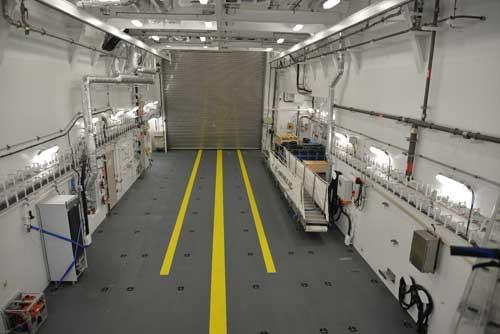 Tampilan bagian dalam hanggar, untuk masuk ke hanggar, bilah helikopter harus dilipat.