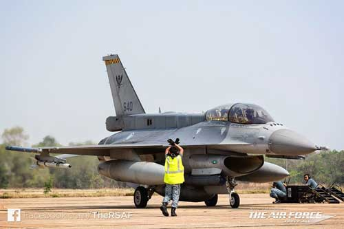 F-16D AU Singapura dengan Sniper ATP.