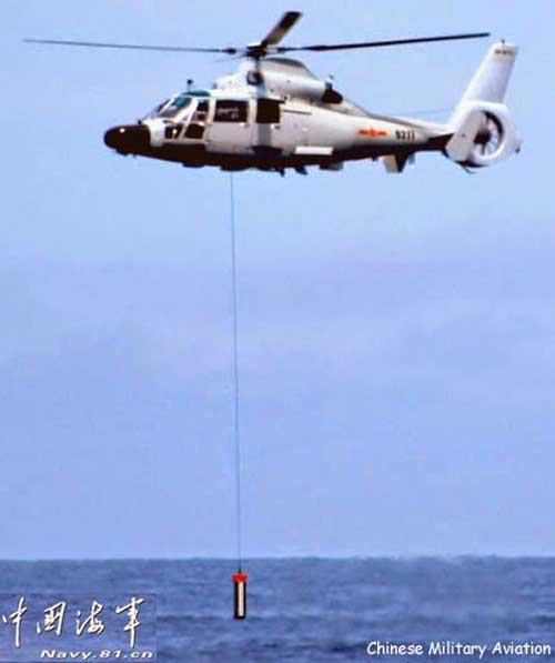 Harbin Z-9C (varian AS565 produksi Cina) tampak sedang menurunkan dipping sonar.