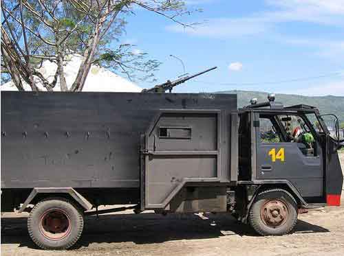 "Salah satu truk TNI/Polri yang dimodifikasi menjadi ""truk anti peluru."""