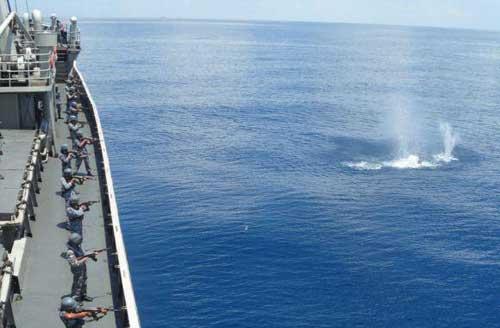 Awak kapal KRI Karimata 960 melaksanakan latihan penembakan dengan AK-47.
