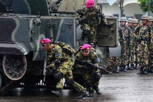 Pasukan Marinir keluar dari pintu BMP-3F.