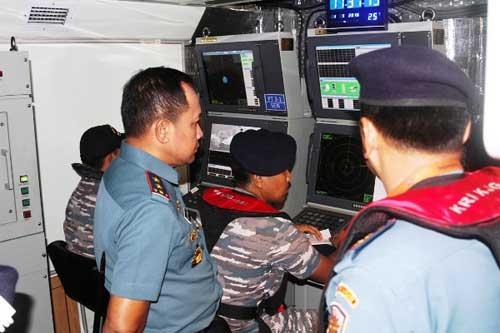 Pangarmabar Laksamana Muda TNI Aan Kurnia melaksanakan Inspeksi Pusat Informasi Tempur KRI Clurit-641 dalam rangka persiapan penembakan Rudal pada Latihan Armada Jaya 2016 di Dermaga Ujung, Surabaya