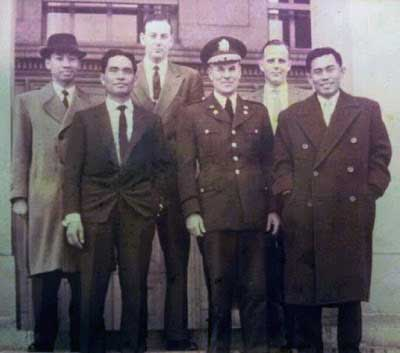 Menteri/Pangad Jen. A.Yani (paling kanan) dan Kol. DI Pandjaitan (no.2 dari kiri). Dalam misi pembelian senjata di Jerman DI Kantor DepHan Jerman Barat. Bonn, 1961. (sumber: http://dipandjaitan.blogspot.co.id)