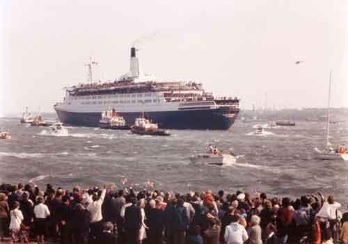 Queen Elizabenth II saat memulai pelayaran menuju Atlantik Selatan.