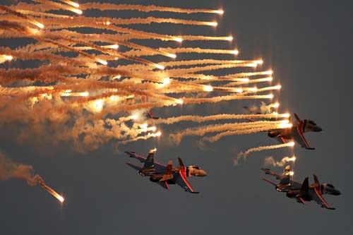 Atraksi hujan flare oleh Su-27 dari tim aerobatik Russian Knights.