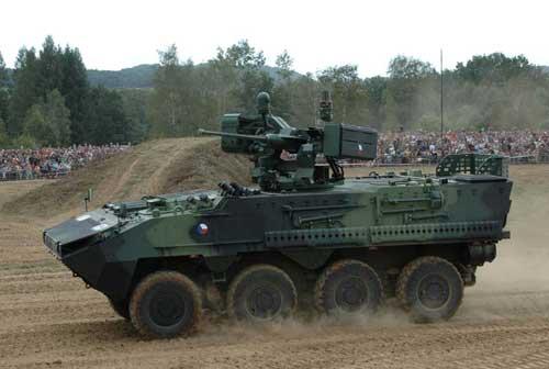 Pandur II 8x8 beraksi dengan kelengkapan rudal anti tank Spike pada kubah.