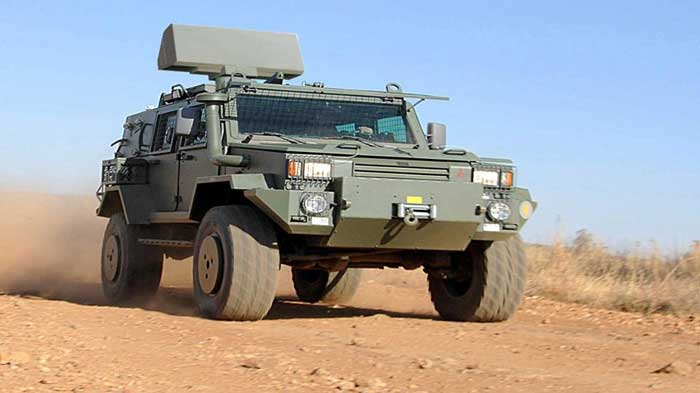 Radar Giraffe 1X di platform kendaraan taktis lapis baja.