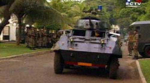 M8 Greyhound Polri berjaga-jaga di depan kediuaman Kapolri Jenderal Polisi S. Bimantoro,