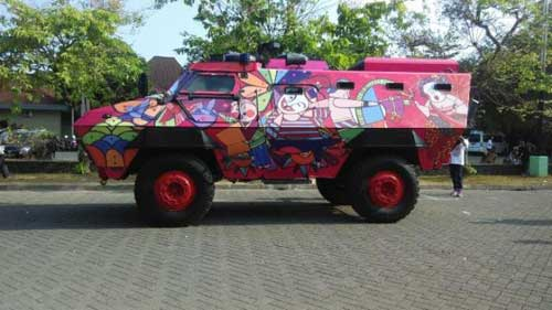 Dalam suatu pagelaran, Barracuda Brimob Polda DIY tampil dengan motif pink dan bunga.