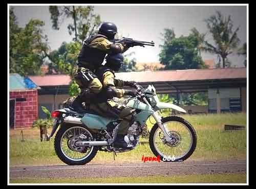 Aski Den Bravo TNI AU dengan motor Kawasaki KLX250.