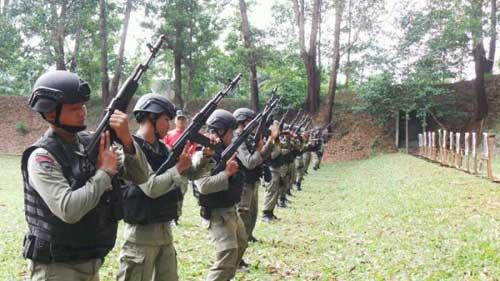 Di awal masa reformasi, publik dikejutkan saat Korps Brimob Polri menyandang senapan serbu varian AK buatan Rusia. Betapa tidak, saat mitra TNI menggunakan ...